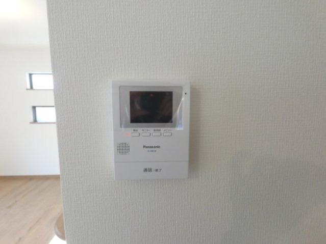 モニター付きインターフォンです。 玄関を開けなくても誰が来たか室内で確認できるので安心です。 ※参考画像になります。