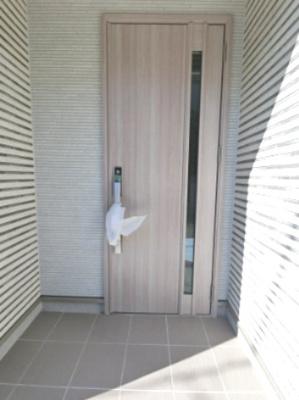 玄関扉です。 一部がガラス張りになっており高級感があります。 玄関は毎日通るので大事です。
