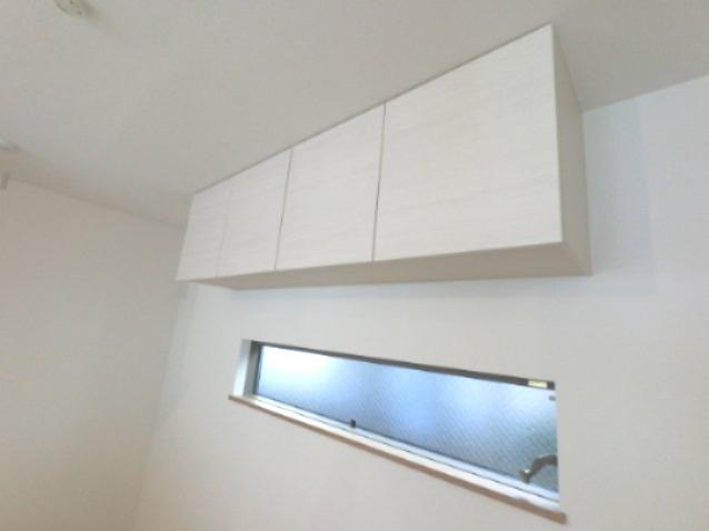 キッチンの収納です。 後ろにも収納があるので、食器棚がいらないですね。 ※参考画像になります。