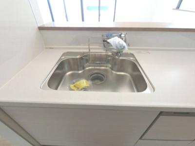 シンクも広々してます。 洗剤の置き場所がもともとあるのは便利で良いですね♪