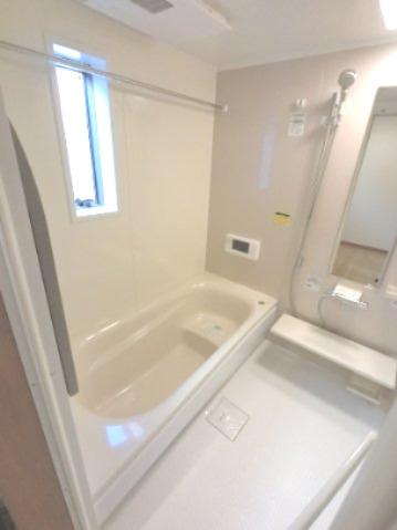 広々としたお風呂です。 お風呂に窓がついているのも嬉しいポイントです。 ※参考画像になります。