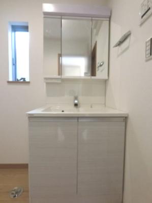 独立洗面台です。 朝の身支度には欠かせません。 スキンケア用品もたくさん収納できます。 ※参考画像になります。