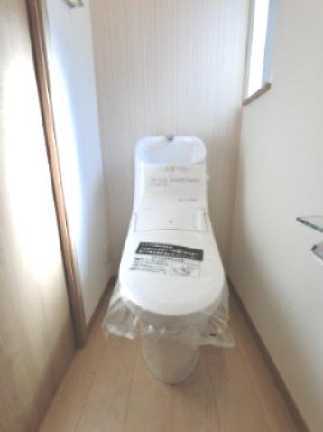 コンパクトで使いやすいトイレです。 トイレに窓があるのもポイントです。 ※参考画像になります。