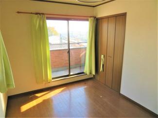2階の日当たりの良いポカポカした洋室です。