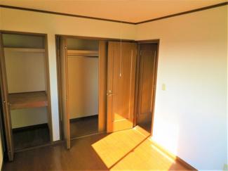 2階の洋室です。収納が多いのでお片付けもラクラクです。