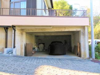 建物の下が駐車スペースになっており雨の日でも荷物の出し入れもラクラクです。