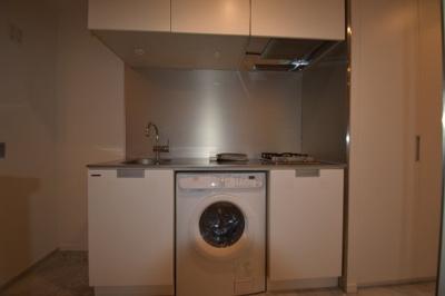 洗濯乾燥機がついたキッチンです。