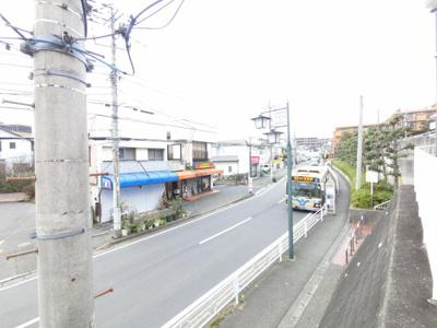 目の前の通りも交通量が少ないです。