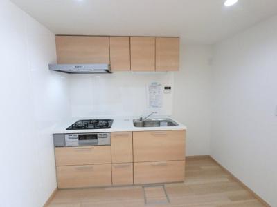 使いやすいシステムキッチンです。 吊戸棚もあり収納豊富です。