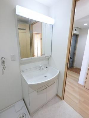 毎朝の身支度には欠かせない独立洗面台です。 スキンケア用品もたくさん収納できます。
