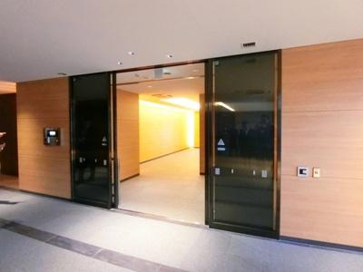 共用エントランスはオートロック付き!さらにエレベータ前にもオートロックドアがあり、不審者の侵入を防ぎます◎