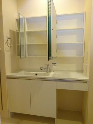たっぷり収納できる洗面台です