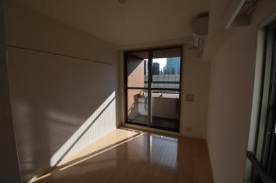 こちらのお部屋 天井が高いのが特徴的です。