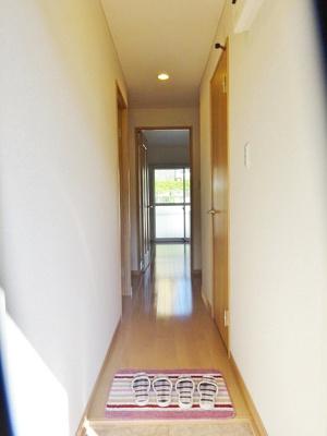 玄関から室内への景観です!右手に洗面所、左手に洋室4.5帖のお部屋があります★