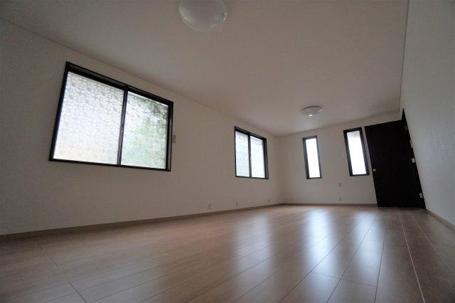 3面に窓があり、日中でも明るく開放的なお部屋です。