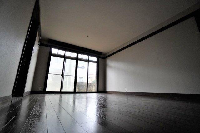 玄関を入って中央には、18.54㎡のリビングルームがございます。きれいな正方形の間取りなので、家具の配置もしやすい作りになっています。