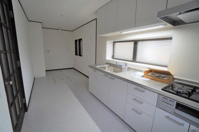 キッチンの奥には、洗濯機置き場が設置されていますから、料理をしながら洗濯もできて快適です。家事をするにもってこいの間取りですね。