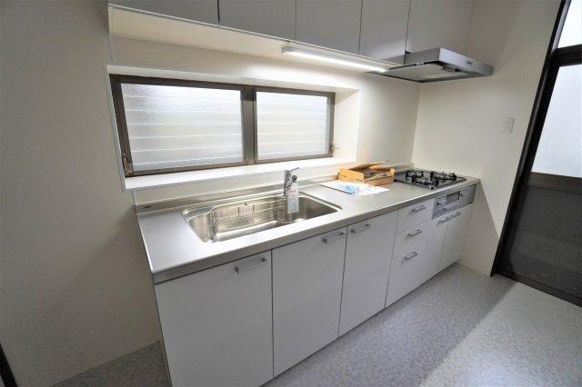 キッチンは、新品のシステムキッチンにリフォーム済みのため未使用ですよ。