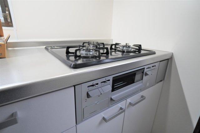 キッチンは、3つ口コンロにグリルもついていますので、料理にも力が入りますね!