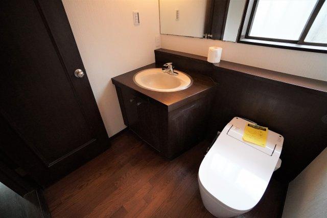 トイレスペースが広く、高級感のある洗面所も設置されています。また、トイレは1階、2階ともに新品にリフォーム済みです。