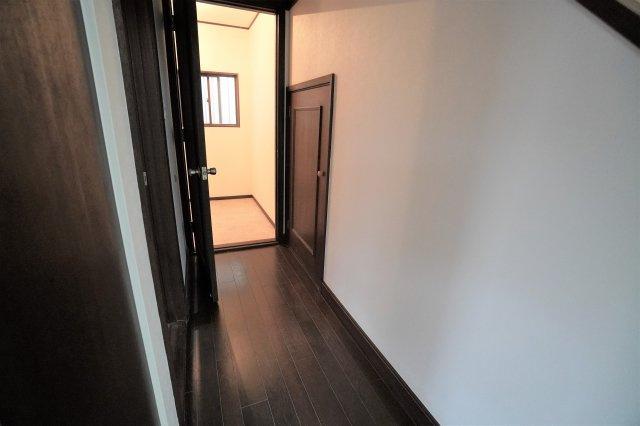 1階廊下奥には、窓付きの広々納戸スペースがあり、階段下収納もありますので、収納には困りませんよ