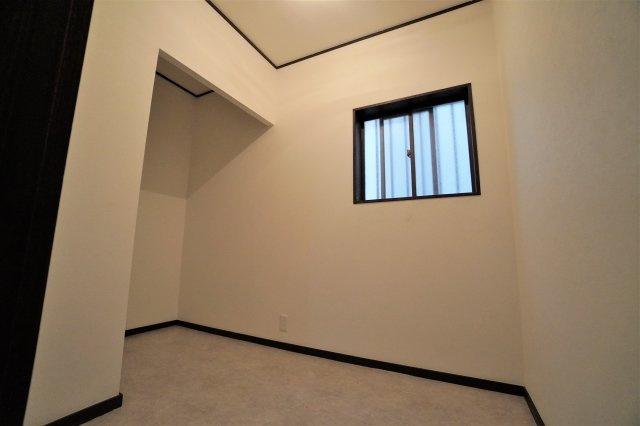 1階廊下奥にある納戸スペースはこんなに広々しています。