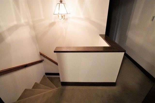 階段から2階廊下にかけて、カーペットが敷き詰められており、高級感のあるおしゃれな照明が目に入ってきます。こんな豪華なおうちに住んでみたいものです。