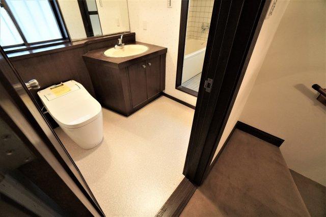 2階のトイレも1階と同様、広々したスペースが確保されており、新品のトイレにリフォーム済みです。