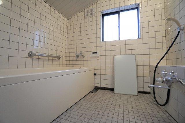 お風呂は2階にあります。窓もついているので、明るく開放的!お風呂場に窓のないマンションやアパートにお住まいの方からしたら、きっとこんなお風呂が良い!と気に入ると思います。