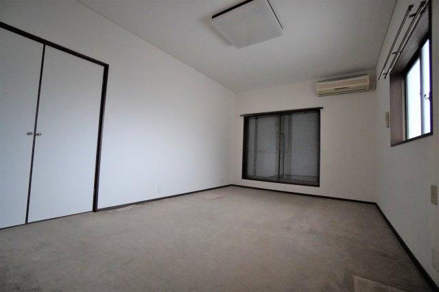 2階洋室は13.83㎡。二面採光で明るく開放的です。エアコン、照明も設置されています。