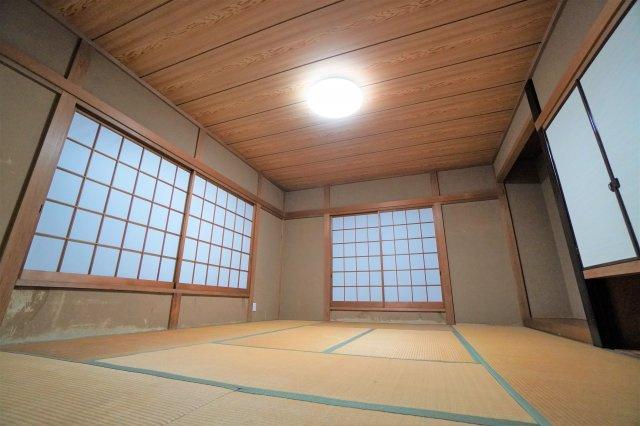 2階奥のお部屋は、和室。すべてのお部屋が角部屋のため、こちらも二面採光で明るく開放的。やはり、畳のお部屋は落ち着きますよね。