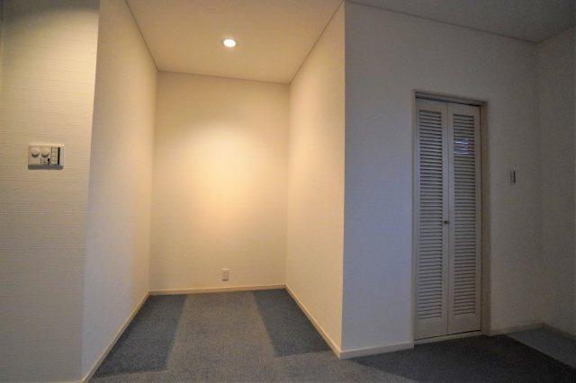 ダウンライトで明るさを演出できておしゃれですよ。右手の扉、何だと思いますか?