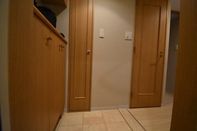 玄関広め 収納大き目サイズです。