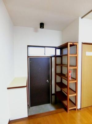 玄関には便利な棚があります♪シューズボックスに入りきらない靴を置いたり、写真やかわいい小物も置けるので、玄関を華やかに飾れますね♪