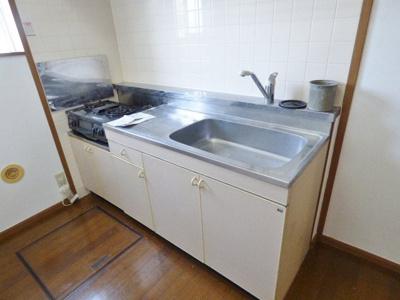 グリル付きの2口ガスコンロのついたキッチンです。