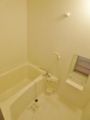 浴室は鏡付き。小物を置くスペースもあり、カビ対策♪
