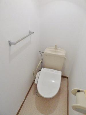 トイレは温水洗浄便座で快適。タオルかけもついています!