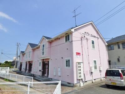 淡いピンク色の外壁に三角屋根がかわいらしい印象です。