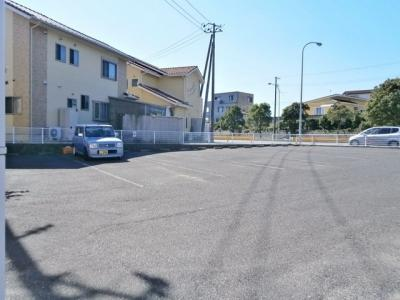 広い駐車場あり。駐車が苦手な方でも駐車しやすいですよ。