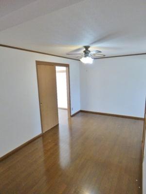 掃出し窓のある居室のドアは引戸。家具の配置の邪魔になりません