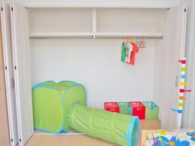 【当社施工例】 服やおもちゃが丸々入るワイド収納にはハンガーパイプと空間を無駄にしない枕棚を設置。