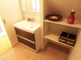 【当社施工例】 水をはじく素材だから汚れにくく、お掃除ラクラク。鏡の裏は可動式の棚になっています♪