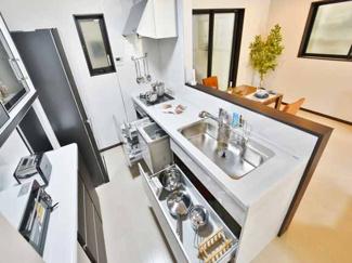 【当社施工例】 たっぷり入るスライド収納、食器洗浄乾燥機、静音仕様のシンクをはじめ先進機能を搭載。