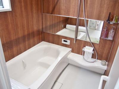 【当社施工例】 ゆったり1616型の浴槽で、時間が経っても湯温が下がりにくい高断熱仕様。