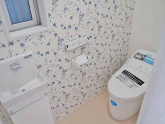 【当社施工例】 デザインと機能をこだわったTOTOのトイレ。汚れのつきにくい素材でお掃除ラクラク。