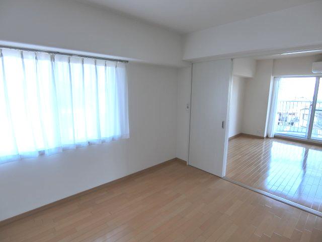 角部屋で明るい居室♪大変綺麗にお使いです♪ハウスクリーニング済み