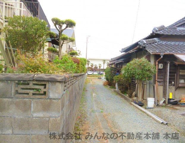 【前面道路含む現地写真】基里小学校徒歩2分 本物の木の家