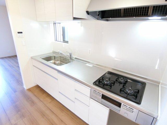 最近は対面キッチンもありますが壁付けキッチンもまだまだ根強い人気があります!