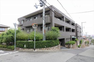 阪急御影駅より徒歩12分 閑静な住宅街にございます。