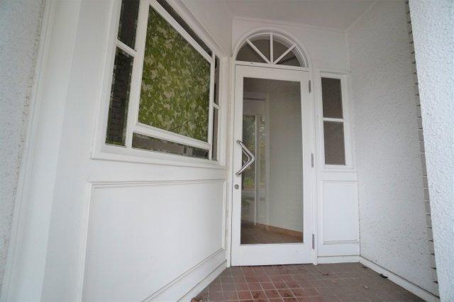 入口は、三か所あり、そのうちの1つ玄関入口。こちらだけの間借しも可能です。ご相談ください。